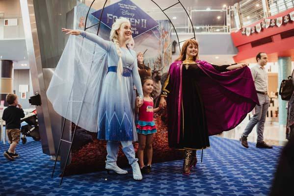 Elsa & Anna Frozen 2 with fans