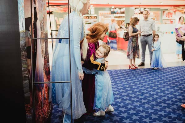 Anna Frozen 2 with fans